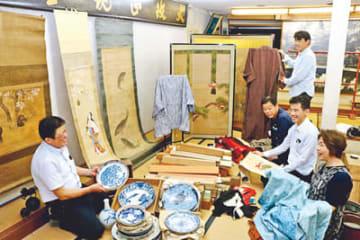 旧呉服店の空き店舗で骨とう品を並べる石動まっちゃプロジェクトのメンバー