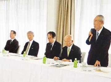 会合に出席する高木会頭(左から2人目)と西岡専務理事(左)=大津市
