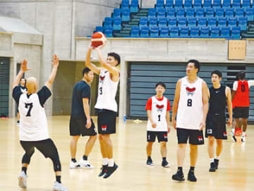 開幕戦に向け練習する富山の選手=2日、富山市総合体育館