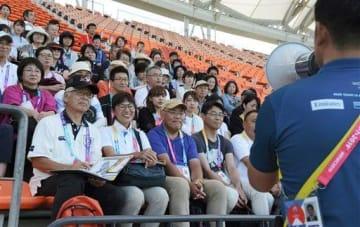 ラグビーW杯の県内試合が開かれるえがお健康スタジアムで現地研修を受ける大会ボランティア=熊本市東区