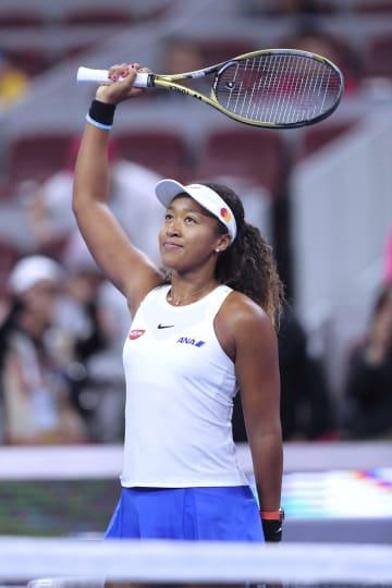 女子シングルス準々決勝でビアンカ・アンドレースクに逆転勝ちし、観客の声援に応える大坂なおみ=北京(ゲッティ=共同)