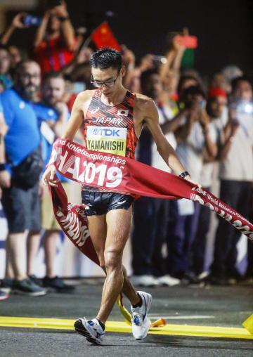 陸上の世界選手権男子20キロ競歩で優勝した山西利和。東京五輪代表に決まった=5日未明、ドーハ(共同)
