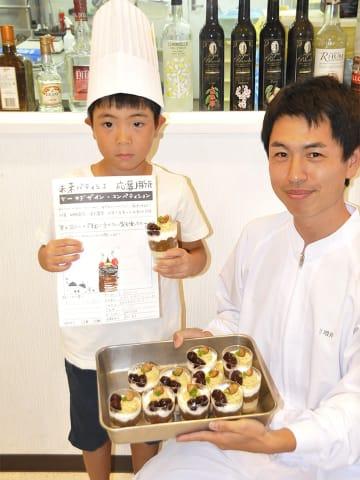 デザインした「甘スイーツ」が期間限定で商品化され、喜ぶ藤村莞介ちゃん(左)=関市東新町、プレシュール販売店「MINOV(ミノーヴ)」