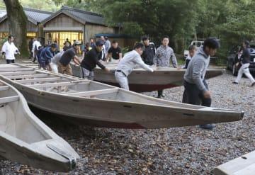 熊野速玉大社の「御船祭」を前に、境内の蔵から運び出される木造船=5日、和歌山県新宮市