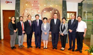 日本の伊東良孝農林水産副大臣(左4)一行がマカオを訪問。陳海帆マカオ行政法務長官(中央)らと面会し、マカオにおける日本食品に対する検疫措置に関する議論を行った=2019年10月4日(写真:マカオ行政法務長官事務所)