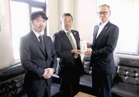 近藤副町長(右)に目録を手渡す二瓶会長と工藤前会長(提供写真)
