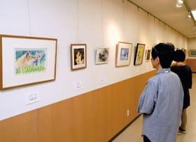 さまざまなモチーフの作品が並ぶマーブル作品展