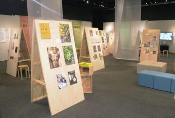 ニュースパークで開かれた、各地のローカルメディアを集めた企画展「地域の編集」=5日午前、横浜市中区