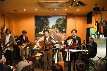 ビートルズの「アビイ・ロード」収録曲を熱唱するクオリー麺のメンバー