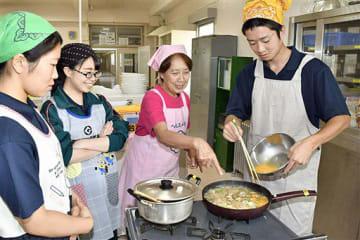 食改推進員(右から2人目)の指導を受けながら調理を行う三農生
