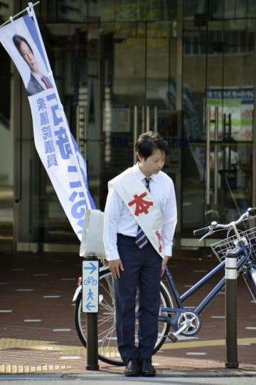 元秘書への暴行問題を受け、新潟市内の街頭で謝罪する石崎徹衆院議員=5日午前