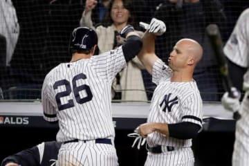 本塁打を放ったヤンキース・ルメイヒュー(左)と迎え入れるガードナー【写真:AP】