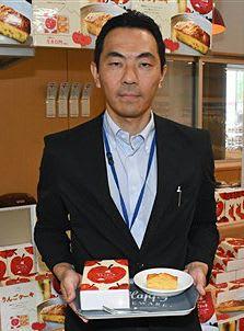 町内産のふじをたっぷり使った「りんごケーキ」をPRする松丸総括店長