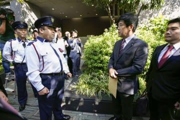 関西電力本店を訪れ、関係者との面会を求める今井雅人衆院議員(右から2人目)ら。関電側は応じなかった=5日午前、大阪市