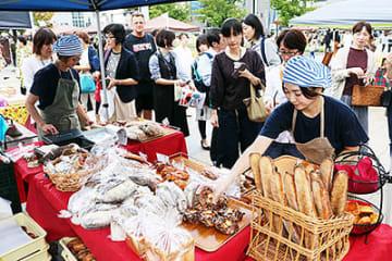 各店こだわりのパンやコーヒーが並び、にぎわった会場=富山駅前南口広場