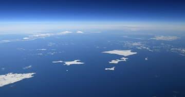 北海道・根室半島の納沙布岬(左下)沖に広がる北方領土。歯舞群島(中央)、色丹島(右上)、国後島(左奥)。はるか右奥にうっすらと択捉島が見える=1月