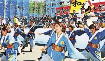 「紀州弁慶よさこい踊り」のコンテスト予選で演舞を披露する参加者(5日、和歌山県田辺市扇ケ浜で)