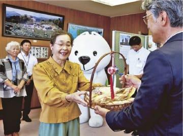 真砂充敏市長(左)に紀州てまりを寄贈する竹内マツ子会長=4日、和歌山県田辺市新屋敷町で