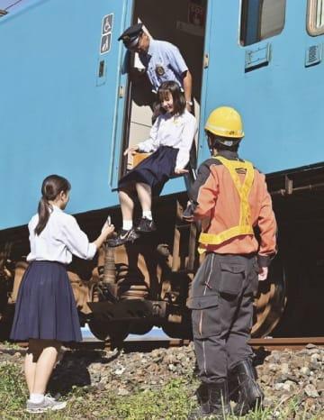 訓練で列車から避難する新宮高校の生徒ら(4日、和歌山県新宮市で)