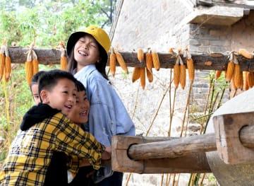 何もかもが新鮮!国慶節連休に農村生活を体験 河南省郟県