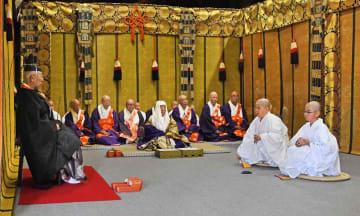 天皇使の前で天台宗の教えなどを問答する童僧(大津市、延暦寺)