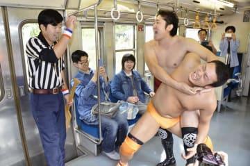 JR只見線の貸し切り列車の中で試合をする新潟プロレス所属の選手ら=5日午前、新潟県魚沼市