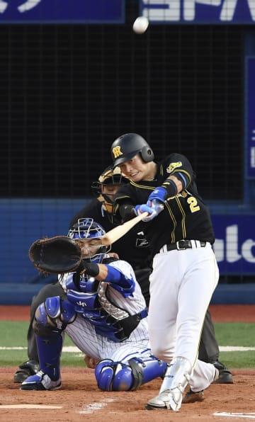 7回阪神1死一、二塁、北條が左越えに3ランを放つ。捕手伊藤光=横浜