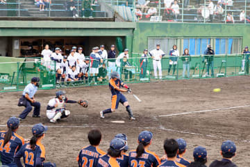 日立-シオノギ製薬 5回表シオノギ製薬1死一塁 二塁打を放つ古藤=宮野運動公園野球場