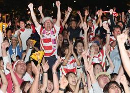 ラファエレのトライが決まり、盛り上がるラグビーファン=5日夜、神戸市中央区波止場町(撮影・辰巳直之)