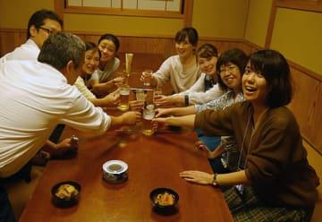 乾杯し、大いに楽しむ参加者たち