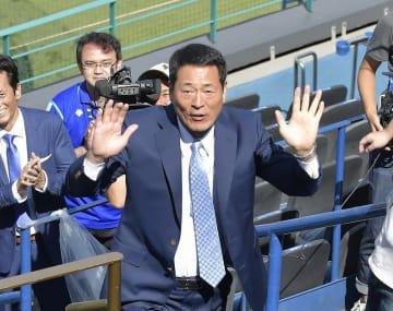 内野指定席券を渡すため、サプライズで登場したベイスターズ前監督の中畑清さん =横浜
