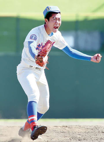 花咲徳栄―浦和学院 最後の打者を三振に切って取り、雄たけびを上げる花咲徳栄のエース高森