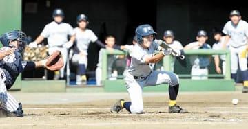 川口市立―西武台 4回表西武台1死三塁、横江がスクイズを決めて勝ち越し。捕手西沢