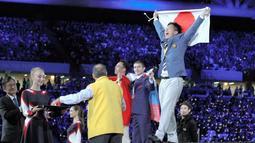 技能五輪国際大会の表彰式で喜びを爆発させる志水優太さん(きんでん提供)