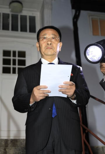 5日、米朝協議終了後に記者会見する北朝鮮の金明吉首席代表=スウェーデン・ストックホルムの北朝鮮大使館(共同)