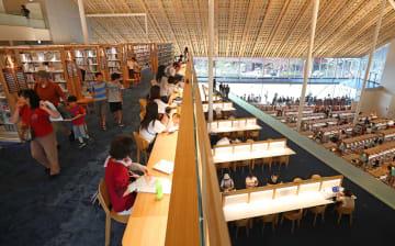 県立・市立一体型図書館「ミライon図書館」が5日、開館。初日はオープン前から長蛇の列ができ、多くの家族連れなどでにぎわった=大村市東本町、同館
