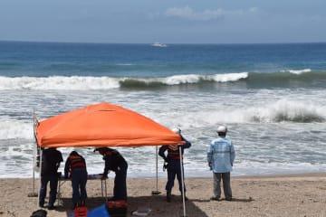 男性2人が行方不明となった布良海岸で、捜索活動に当たる消防隊員ら=8月12日、館山市