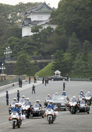 天皇陛下の即位を祝うパレードのリハーサルで、皇居前広場を進む車列=6日午前、東京都千代田区