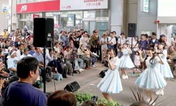 家族連れらがライブや食を楽しんだ「古町どんどん」=5日、新潟市中央区