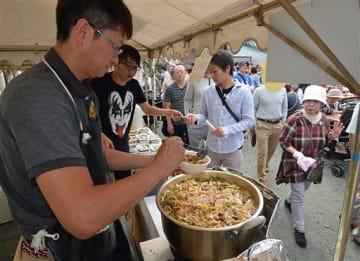 馬肉鍋などが気軽に味わえる「五戸三大肉フェスタ」に人気が集まった五戸町産業まつり