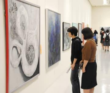 地元作家たちの力作が並ぶ会場=5日、米子市美術館
