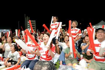 PV会場で日本対サモアの試合を応援するファン=5日夜、熊谷市本町のコミュニティひろば