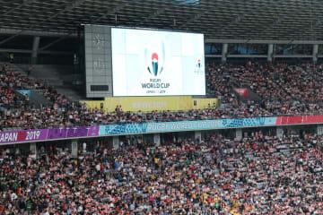 次のスコットランド戦で「8強」が決まる。スタジアムに詰めかけた大勢のファンたち。(2019年9月20日、東京スタジアム)
