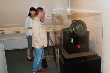 日本初の西洋式大砲に見入る来場者