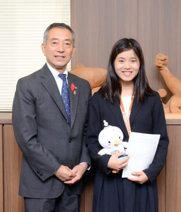 大間町初の地域おこし協力隊となった許文茜さん(右)と金澤満春町長
