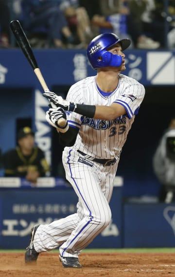 9回DeNA1死一塁、代打乙坂が右越えにサヨナラ2ランを放つ=横浜