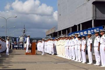 出迎えを受けるあさぎりの隊員たち(右)=京都府舞鶴市北吸・海上自衛隊北吸桟橋