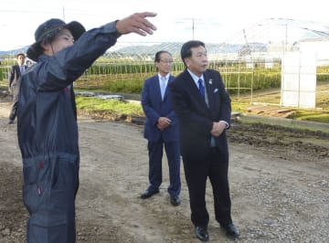 コメやトウモロコシを栽培する農家を訪れた立憲民主党の枝野代表(右)=6日午後、北海道旭川市