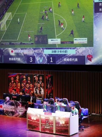 「eスポーツ」の全国都道府県対抗選手権でサッカーゲーム「ウイニングイレブン」少年の部で対戦をする選手たち=6日午後、茨城県・つくば国際会議場