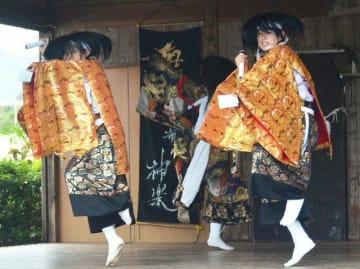3年生引退前の最後の舞台となった郷土芸能部定期公演で神楽を舞う部員